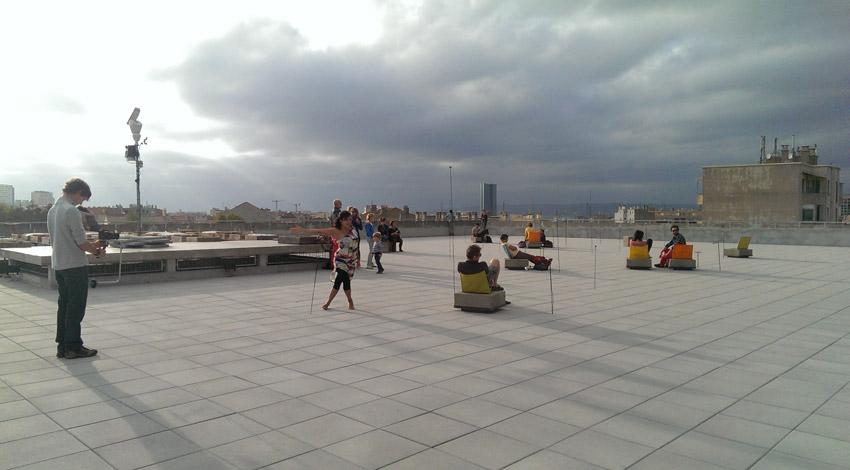 photo d'une performance de danse sur le toit-terrasse de La Friche La Belle de Mai à coté de l'installation du groupe Dune, De cet endroit