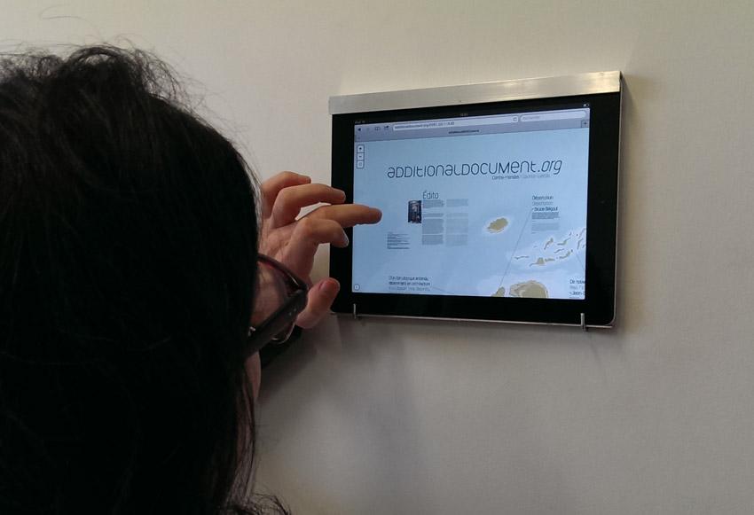 Utilisatrice du site Additional Document sur tablette durant l'expostion New Order à la Friche Belle de Mai