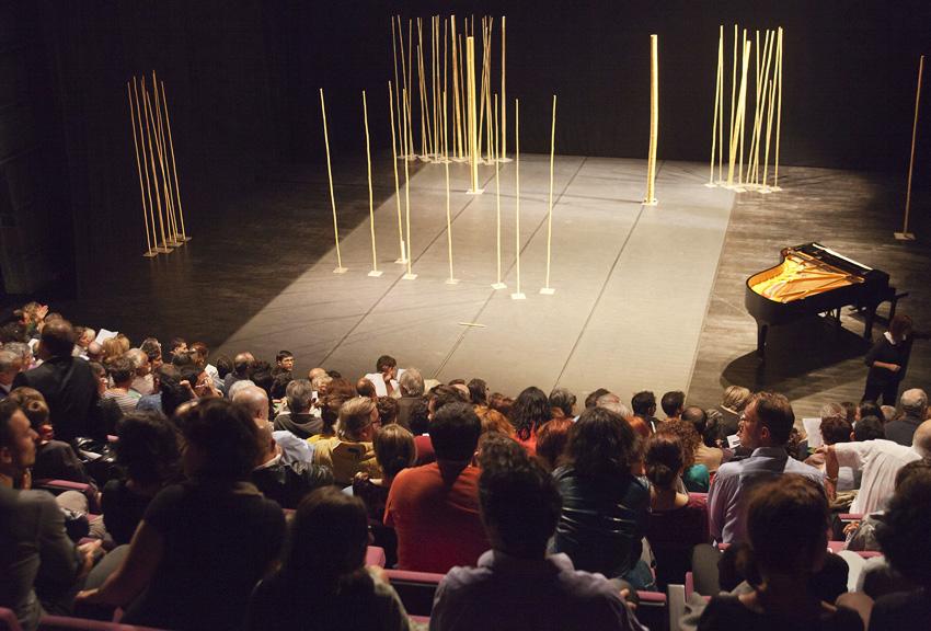 Vue du plateau du Théâtre Joliette Minoterie avec la scénographie du spectacle la flûte enchantée de Peter Brook