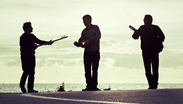 photo du groupe Forabandit : Bijan Chemirani, Ulaş Özdemir et  Sam Karpienia. Crédit de la photo Augustin Le Gall